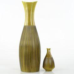 """GOLVVAS & VAS, lergods, tillverkade 1958-1960, """"Palma"""", Hjördis Oldfors för Upsala-Ekeby Tillverkades i olika färgsättningar. Golvvas numrerad 5134 undertill. Smärre slitage, mindre glasyrbortfall. Medföljer mindre vas i samma serie (med anmärkningar/glasyrskada). Höjd 53 cm. Mindre vas höjd 17 cm."""