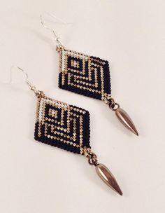 Etsy の Diamond Shaped Black Widow Dangle Earrings by Calisi