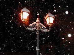 Magiche atmosfere con la neve che danza sui lampioni del Borgo antico