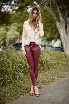2756c6e3e4114 Calça Los Angeles skinny vinho de couro ecológico com jaqueta creme. Calça  Couro Ecologico
