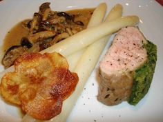 Kalbsfilet mit glutenfreier Bärlauchkruste, Samtköpfchen-Sauce, gebratenem Spargel und Kartoffelrosette