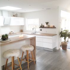 Regardless of whether you're planning for a move to another house or you essentially need to a kitchen redesign, these astounding kitchen Minimalist But Luxurious Kitchen Design thoughts will prove to be useful. Kitchen Living, New Kitchen, Kitchen Decor, Kitchen White, Kitchen Ideas, Kitchen Layouts, Kitchen Wood, Kitchen Small, Awesome Kitchen