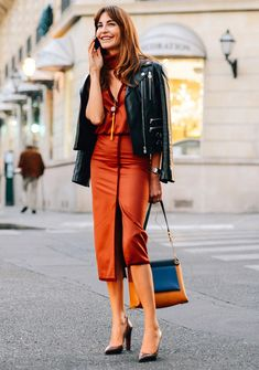Look da editora de moda Ece Sukan com vestido laranja na fashion week.