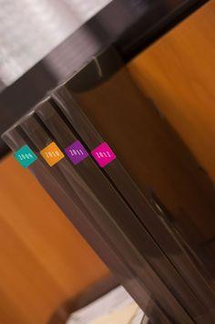 use Adesivos para fechar correspondências e cartas, organizar arquivos, marcar os equipamentos e as agendas, identificar caixas e pacotes.
