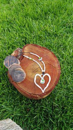 Collar corazón con cuero abalorios y detalle en cristal.