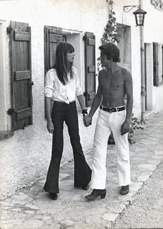 couple From Jane Birkin and Serge Gainsbourg, Johnny Depp and Kate Moss to Carolyn Bessete and John Fitzgerald Kennedy, we look back at the legendary chemistry between these iconic couples. Serge Gainsbourg, Gainsbourg Birkin, Estilo Jane Birkin, Jane Birkin Style, Images Vintage, Look Vintage, Ali Macgraw, 70s Fashion, Vintage Fashion