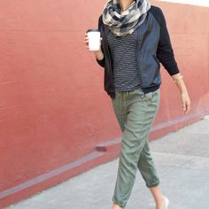 Athleisure The easiest way to be casual, comfy & chic? The athleisure trend. Check out 3 simple street-smart outfits to sport now.The easiest way to be casual, comfy & chic? The athleisure trend. Check out 3 simple street-smart outfits to sport now. How To Wear Joggers, Joggers Outfit, Mode Outfits, Casual Outfits, Casual Heels, Dress Casual, Casual Pants, Green Joggers, Green Pants