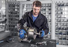 Spécialiste européen des équipements de protection individuelle, uvex s'enrichit de la gamme de gants uvex athletic. Composée de deux modèles de précision (uvex athletic allround et uvex athletic lite) et d'un gant contre les risques de coupures (uvex athletic D5 XP) et certifiée Oeko-Tex Standard 100, cette nouvelle gamme répond à un grand nombre d'applications. Applications, Noise Cancelling Headset, Lineup