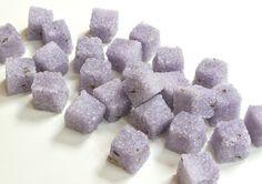 Flores de lavanda orgánica son infundidos en puro caña de azúcar, dándole un gusto lavanda dulce y un aroma con un sabor ligeramente picante. Estos cubos de azúcar de lavanda son perfectos para el té helado y caliente, café, limonada, frutas y bayas, brindis de champaña y vino espumoso! Tenga en cuenta que hay pedazos de lavanda seca en el azúcar.  Estos cubos de azúcar con sabor a son mano formada y ligeramente coloreado en tandas pequeñas y vienen en una bolsa de celofán atada con la cinta…