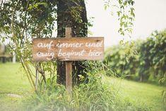 """Holzschild """"Auf immer und ewig beginnt hier"""" von Hellbunt Events   Hochzeitsblog - The Little Wedding Corner"""