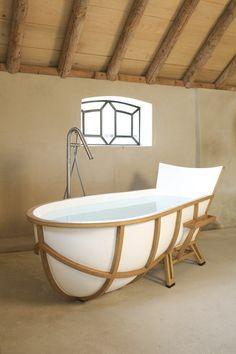 Bathtub è una insolita vasca da bagno progettata dallo Studio Thol, nella quale una struttura in rovere bianco americano lasciata a vista, ingabbia una vasca realizzata in materiale composito.
