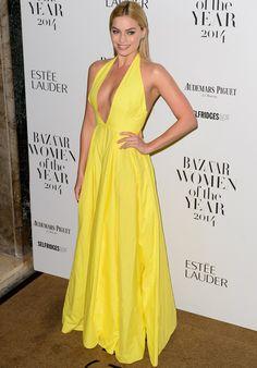Margot Robbie luce de 10 con este vestido amarillo de pronunciado escote de Rosie Assoulin.