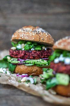 rode biet burger Veggie Recipes, Healthy Dinner Recipes, Healthy Snacks, Vegetarian Recipes, Vegi Burger, Healthy Diners, Deli Food, Food Porn, Food And Drink