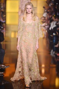 Elie Saab  com trabalho que remete a realeza, conhecido como dono dos vestidos dos sonhos.