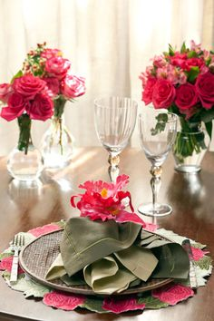 Love this hot pink table setting #wedding #hotpink #inspiration #details #decor #tablescape #centerpiece #tablesetting
