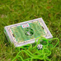 Süße Nervennahrung gegen Herzrasen. Grüne Fruchtgummi-Schnüre mit leckerem Apfelgeschmack mit einem Kaugummi-Fußball in einer tollen Fußball-Box verpackt. #FußballBox #EssbarerFußballrasen #Schnüre #Hitschler #Fruchtgummi #lecker #naschen #Fußball #GeschenkideeFußball #PublicViewing #Nervennahrung #DerZuckerbäcker Personalized Items, Box, Chewing Gum, Lawn, Apple, Football Soccer, Packaging, Snare Drum
