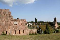 Bomarsundin venäläislinnoitus oli aikoinaan mittasuhteiltaan uskomaton rakennustyömaa ennen kuin se joutui brittiläisten ja ranskalaisten sotajoukkojen hävityksen kohteeksi Krimin sodan aikana vuonna 1854. Tämä sota loi myös perustan Ahvenanmaan aseistamattomuudelle. Tänä päivänä rauniot ovat kuitenkin suosittu nähtävyys ja entiset puolustustornit, kuten Notivikstornet, lyömättömiä näköalapaikkoja. Crimean War, Ancient Ruins, Archipelago, Beautiful Islands, Historical Sites, Places Ive Been, Traveling By Yourself, Building, Rid