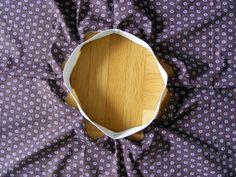 návod na kolovou sukni s pasem z gumy: A pak ještě špendlím v plovině každé čtvtiny kruhu. Mám tedy pas rozdělený špendlíky na osm stejných dílů.Teď přichází na řadu samotné šití. Já šiju rovným stehem, ale můžete použít i klikatý. Látku umístíme pod patku a jak můžete vidět mezi špendlíky se vlní delší kus látky než gumy.Při šití tedy musíme gumu natáhnout tak, aby její délka odpovídala délce látky. Tím docílíme rovnoměrného našití gumy k látce.Gumu držíme napnutou po celou dobu šití. Tím…