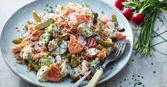 Underbart krämig sallad med sommarens bästa smaker på ett fat. Variera med böckling, makrill eller annan rökt fisk om du vill.