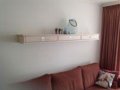 Plank laten maken door de timmerman. Zo leuk je de witte muur iets op.