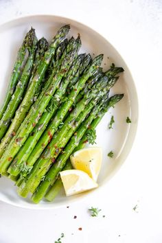 Easy Oven Roasted Asparagus #asparagus #roastedasparagus #howtoroastasparagus #lowcarb #lowcalorie #glutenfree #vegan Oven Roasted Asparagus, Asparagus Spears, Fresh Asparagus, Asparagus Recipe, Candied Almonds, Fish Dinner, Thanksgiving Menu, Fresh Lemon Juice, Stuffed Peppers