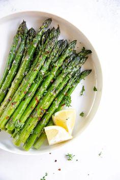 Easy Oven Roasted Asparagus #asparagus #roastedasparagus #howtoroastasparagus #lowcarb #lowcalorie #glutenfree #vegan Ways To Cook Asparagus, Asparagus Stir Fry, Oven Roasted Asparagus, Shrimp And Asparagus, Fresh Asparagus, Asparagus Recipe, Fresh Garlic, Asparagus Spears, Garlic Salt