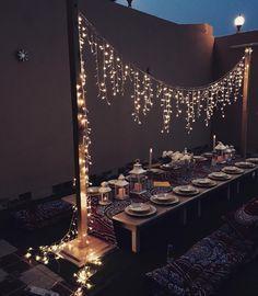 Mit Kleinen Lichterketten Beleuchtet Und Orientalischen Windlichtern  Gedeckter Tisch. Perfekt Für