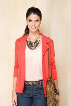 calça jeans + blusa básica + casaco + maxi colar