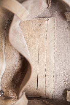 FLYNN bietet dir viel Platz für deine großen und kleinen Dinge, die in deiner Tasche nicht fehlen dürfen. Innen findest du eine kleine und außen eine große Extratasche. Die Riemen sind ca. 60 cm...