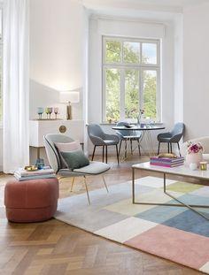 So funktioniert der Look »Happy Chic«: Elegantes Ensemble! Ein besonders harmonisches Interior-Bild entsteht, wenn sich die Farben der Möbel in den Accessoires wiederfinden. // Wohnzimmer Teppich Couchtisch Pouf Sessel Kissen Ideen Offen Pastell Samtpouf Einrichten #WohnzimmerIdeen #Teppich #Wohnzimmer #Couchtisch #Pouf