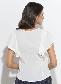 Blusa em Viscose com Pompom Branca Quintess - Posthaus Modelos Fashion, Blouse Models, Short Tops, White Fashion, Diy Clothes, Blouses For Women, Casual Shirts, Ideias Fashion, Fashion Dresses