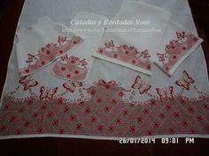 sabanilla en tela de lino, calada y  bordada con motivos de mariposa y flores...  Funditas, saca gas, batita y por supuesto la sabanilla...
