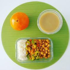 Bom dia! Aqui vai o meu almoço de hoje: grão de bico assado legumes estufados com gengibre e açafrão e arroz seco. Tenham um bom dia