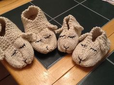 These lamb slippers are just too adorable. E, A, & M would go wild over these! Identical structure free pattern here (just need to adjust size, em. Knitting For Kids, Baby Knitting Patterns, Knitting Socks, Knitting Projects, Crochet Projects, Crochet Patterns, Knitted Slippers, Crochet Slippers, Knit Or Crochet
