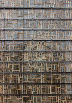 A Bruxelles, le SIÈGE du CONSEIL EUROPÉEN et du CONSEIL DE L'UNION EUROPÉENNE et sa façade composée d'un ensemble de vieux châssis en bois.