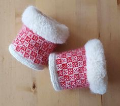 These are wrist-warmers (wristlets), in Twined knitting. I finished these in the nick of time since the exhibition starts on Thursday.    ...