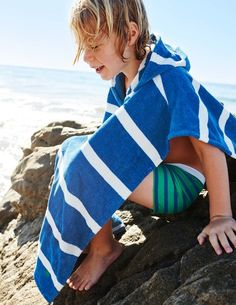 Put the watersports on pause and rest a moment in our soft, thick towelling in classic prints and stripes.