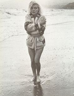 Marilyn Monroe at Santa Monica Beach, California. Photo by George Barris, Marilyn Monroe 1962, Marilyn Monroe House, Santa Monica, Viejo Hollywood, Old Hollywood, Hollywood Actresses, Annie Leibovitz, Robert Mapplethorpe, Maquillage Marilyn Monroe