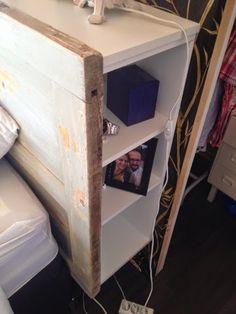 Äntligen har vi byggt vår sänggavel! Jag fick en knasig ide' att jag ville ha en gammal dörr bakom sängen, och eftersom vi har så smalt sovr...