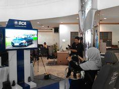 Pengunjung sedang memainkan wahana AR Mercedes-Benz S-Class  BCA