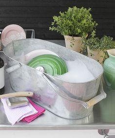 Eddike kan bruges til det meste, når det kommer til rengøring. Det kan fx. bruges som både skyllemiddel og kalkfjerner. Få flere tips her!
