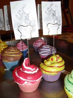 cupcakes met isolatieschuim spuiten, dan schilderen en vernissen Mamas And Papas, Camping Crafts, Child Love, Mother And Father, High Tea, Creative Gifts, Alice In Wonderland, Fathers Day, Projects To Try