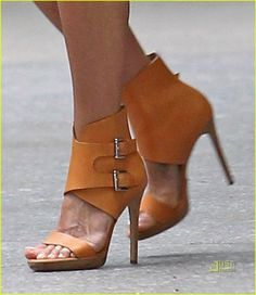 Designer Shoes High Heels Ankle Cuff Stiletto Pumps On Jennifer Aniston 2011 Hot Shoes, Crazy Shoes, Women's Shoes, Me Too Shoes, Shoe Boots, Ankle Boots, Strappy Shoes, Ugg Boots, Nike Shoes