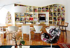 No apê da estilista Adriana Barra, a estante, além de cumprir sua funcionalidade de abrigar livros, computador e objetos de decoração, é uma verdadeira peça de design. Seus nichos comportam tudo de forma organizada