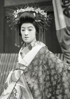Resplendent tayuu. About 1910's, Japan.  Image via yuki willy v of Flickr