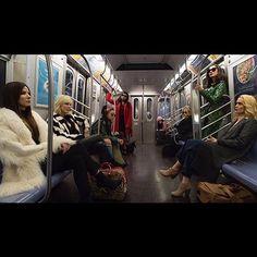 """Para tudo! Foi divulgado o primeiro clique de #oceans8 spinoff da trilogia de """"Onze Homens e um Segredo"""" que conta com um elenco só de mulheres- e que mulheres! A gangue é composta por Sandra Bullock Sarah Paulson Cate Blanchet Rihanna Helena Bonhan-Carter Anne Hathaway Mindy Kaling e Awkwafina. Uau né? O longa estreia em 2018!  via GLAMOUR BRASIL MAGAZINE OFFICIAL INSTAGRAM - Celebrity  Fashion  Haute Couture  Advertising  Culture  Beauty  Editorial Photography  Magazine Covers  Supermodels…"""