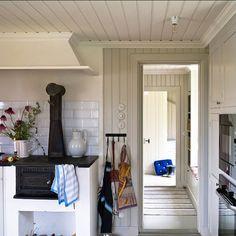I detta vackra skärgårdskök är tak och spismur målad med vit matt linoljefärg. Övriga snickerier med - gysingebyggnadsvard