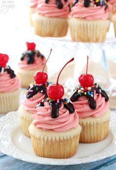 Strawberry Sundae Cupcakes - moist vanilla cupcake topped with strawberry milkshake buttercream, chocolate ganache, sprinkles and a cherry! Strawberry Cupcake Recipes, Strawberry Sundae, Strawberry Brownies, Chocolate Milkshake, Chocolate Ganache, Chocolate Chips, Köstliche Desserts, Delicious Desserts, Sundae Cupcakes