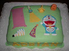 Tarta de Doraemon, con algunos de los artículos que se saca de su bolsillo mágico!!