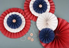 Slik lager du flotte papirdekorasjoner til mai 🇳🇴 by Julia Kahrs Fourth Of July Decor, 4th Of July Wreath, Paper Rosettes, Paper Flowers, Diy For Kids, Crafts For Kids, White Coat Ceremony, Norway Design, Paper Medallions